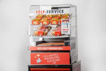 Découvrez notre Maxi Grill Cart Manhattan Hot Dog, système de cuisson 2 en 1, visibilité maximale pour un corner snacking grande capacité !