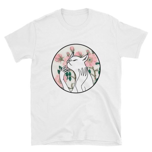 Baltais kaķis uz krekla