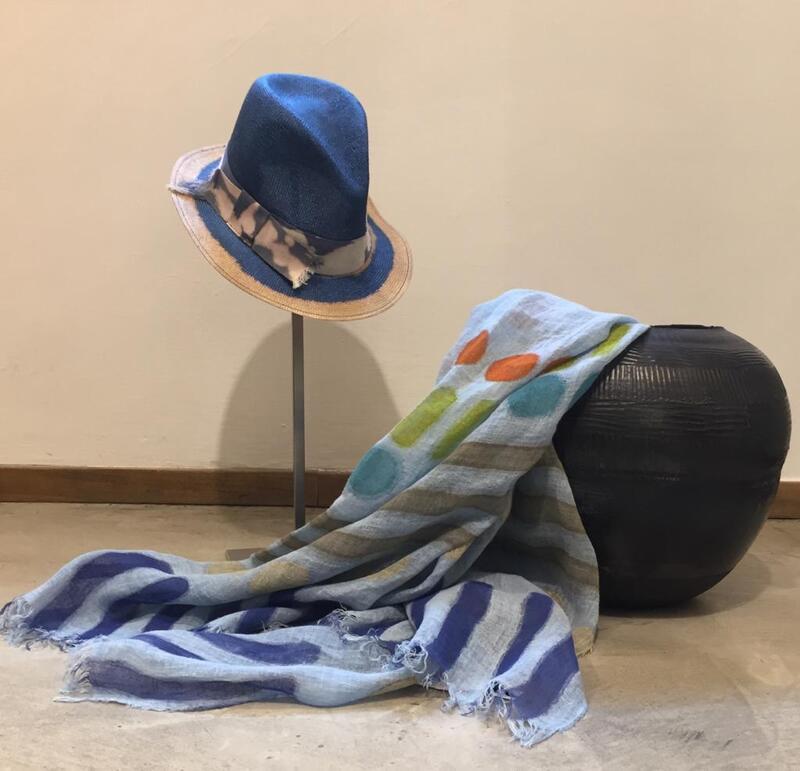 Cappello in paglia e sciarpa, dipinti.