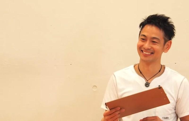 浅野先生が笑顔で話をしているアップの写真