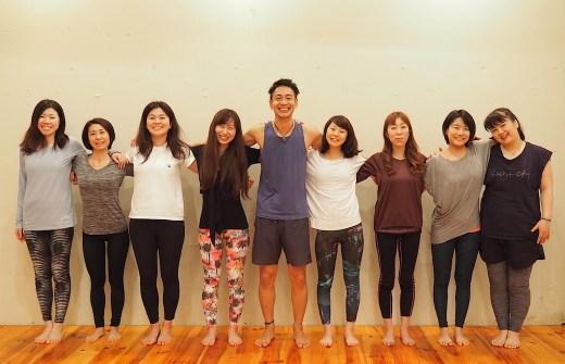 浅野先生を中心に生徒さんたちが肩を組み合っている集合写真