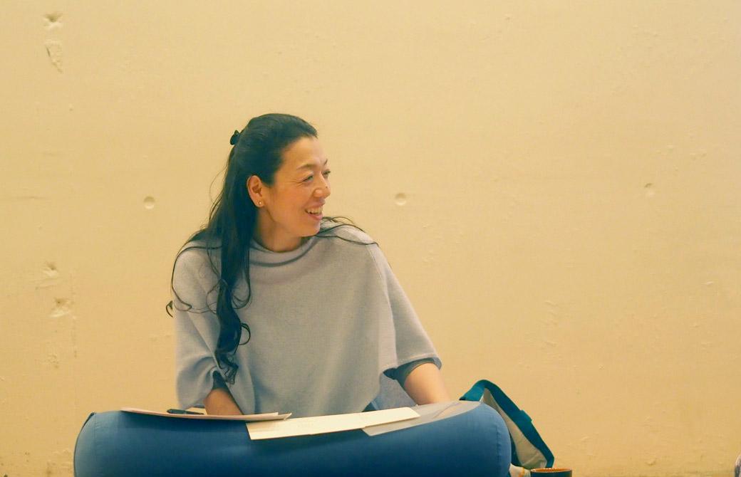 川原朋子先生が生徒さんへ微笑みかけている様子
