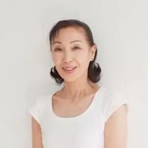 白いシャツを着て落ち着いた佇まいの柳生直子先生