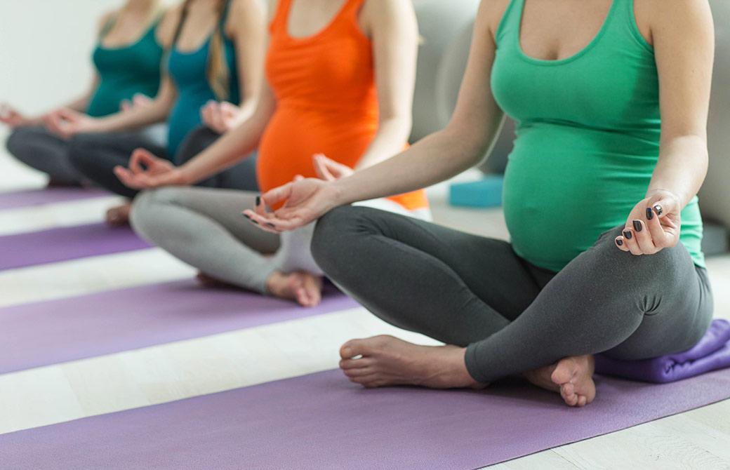 妊婦さんが安楽座で座っている