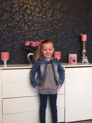 soraya in haar skinny fit jeans van WE fashion
