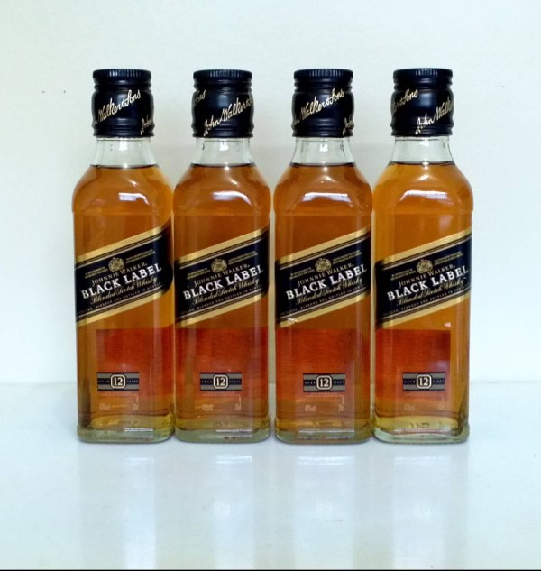 whisky-johnnie-walker-black-label-200ml-4 chai