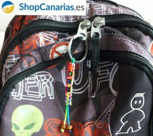 Llavero ShopCanarias.es Personalizado y colocado en una mochila
