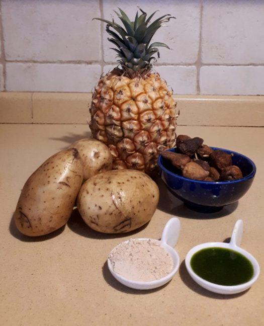 Bodegón de ShopCanarias.es con Gofio, Papas, Piña tropical de Canarias, Higos secos, y Mojo Verde