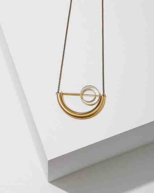 A gold chain necklace