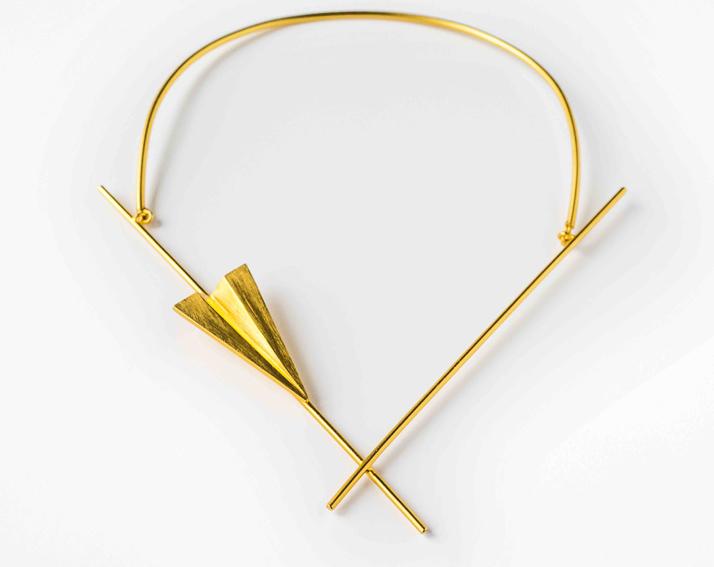 Création de Karen Chekerdjian, collier « Iqar » en cuivre plaquéor pour Elsa Vanier. Prix : 240 €