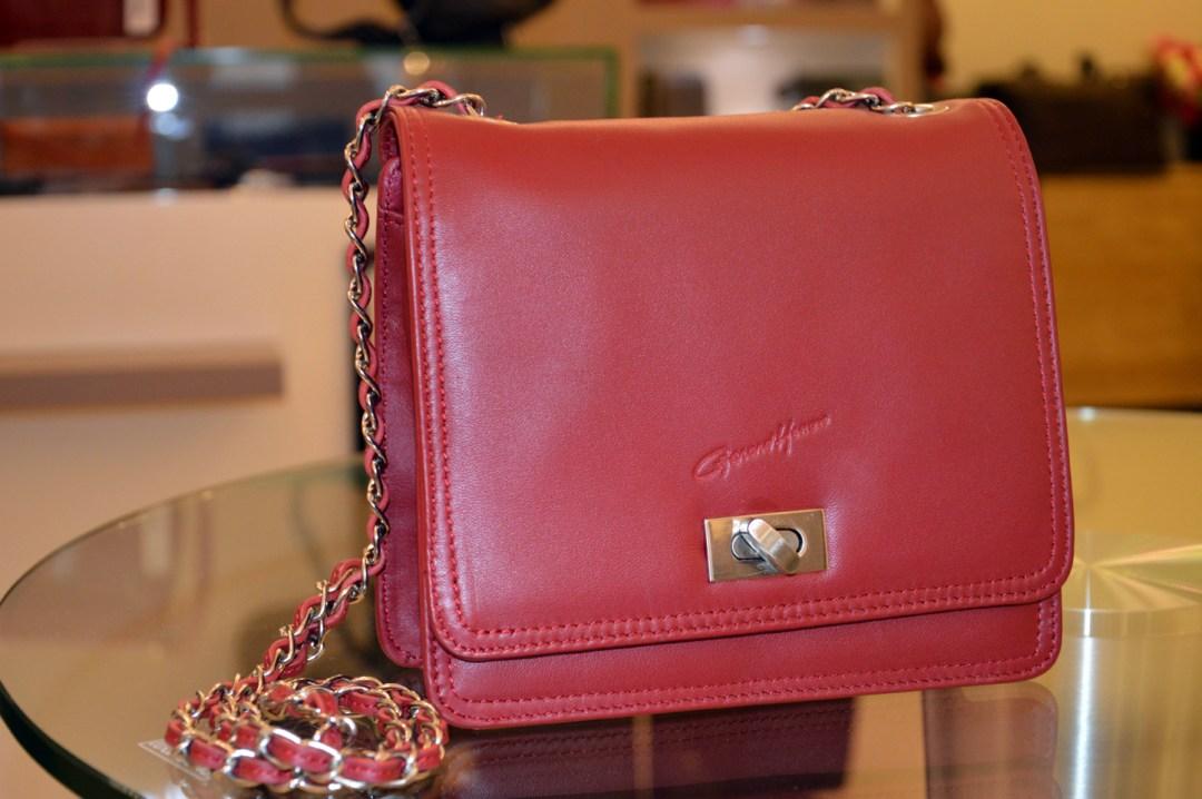 EXCLU BOUTIQUE. Sac en cuir PM rouge, chaîne tressée cuir et métal. Prix : 105 €