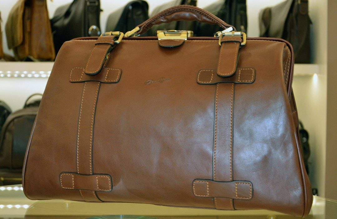 Esprit vintage avec ce sac Diligence en cuir de vachette gras Gérard Hénon, ligne Renaissance. Prix : 260 €