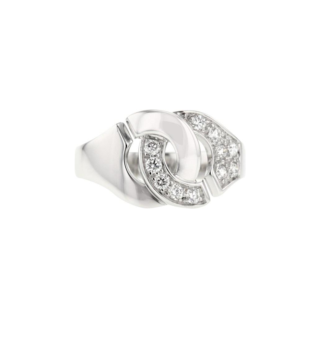 Dinh Van • Attache-moi! Bague Dinh Van Menottes R12 en or blanc et diamants, composée d'une magnifique paire de menottes entrelacée partiellement pavée de diamants de taille brillant de 0.22 carat environ. 1 710 € (réf. 330958)