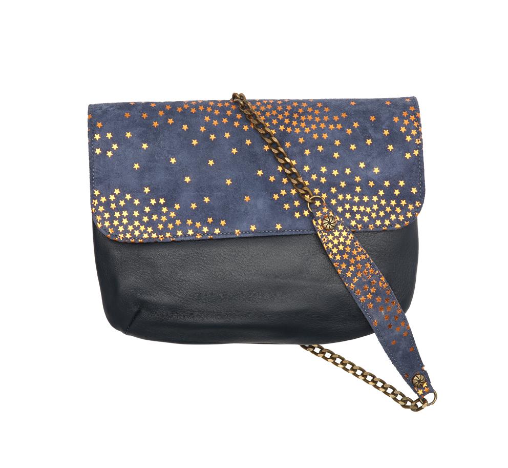 ANAE-ROSE. Avec la collection «STAR» de la marque de maroquinerie, Anaé Rose vous a concocté un accessoire étoilé. Idéal pour les fêtes, de jour comme en soirée, il ajoutera à vos tenues un-je-ne-sais-quoi de féminin. Sac avec chaîne en veau velours, noir, bleu et doré. Prix: 145 €