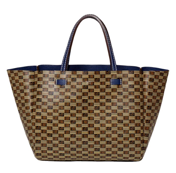 Le sac Brégançon mélange tradition, savoir-faire, luxe et modernité. C'est un cabas chic, « fourre-tout », cousu à la main avec du fil poissé par des artisans français.