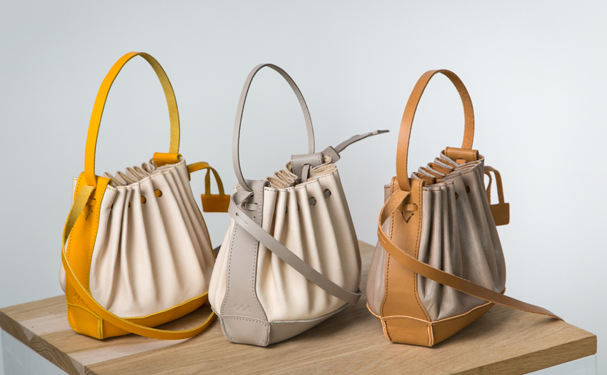 Atelier Varennes, les fameux sacs plissés, une production iconique de l'atelier depuis 1974.