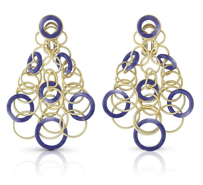 Buccellati, collection Hawaii, pendants d'oreille en or jaune et lapis lazuli.