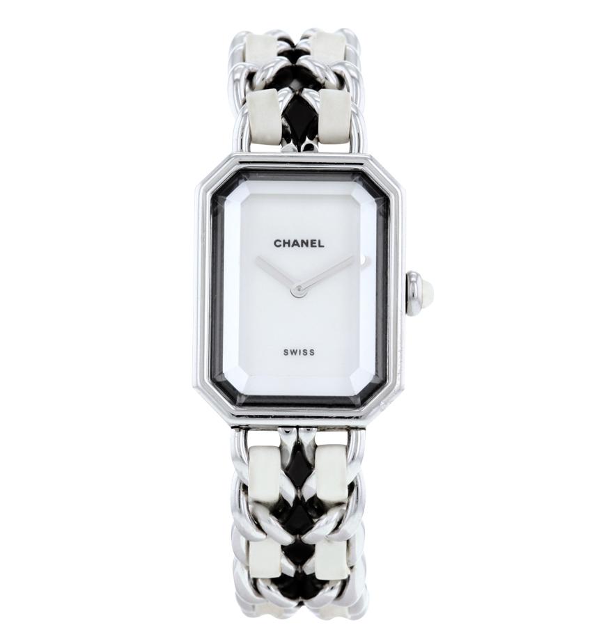 Chanel Première en acier. Occasion chez Collectorsquare.com.  Bracelet en acier et cuir, fermoir en acier signée Chanel. Cadran' boîtier et mouvement signés. Quelques marques du temps.