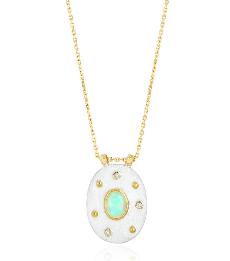 Abïs chez Hod. Pendentif en argent martelé et or jaune, opales monté sur une chaîne en or jaune. 680 €