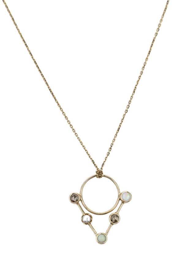 Abïs chez Hod. Pendentif en or jaune, diamants roses, opales et perles blanches monté sur une chaîne en or jaune. 790 €