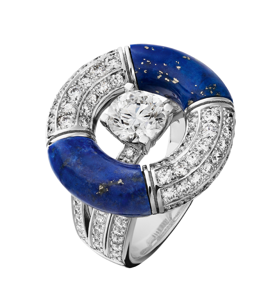 Collection Chanel Flying Cloud « Precious Float », bague en or blanc 18 carats, diamants et Lapis Lazuli.  Ring in 18K white gold set with a round-cut diamond of 1,01 carat, 2 blue Lapis Lazulis and 108 brilliant-cut diamonds. © CHANEL Fine Jewelry