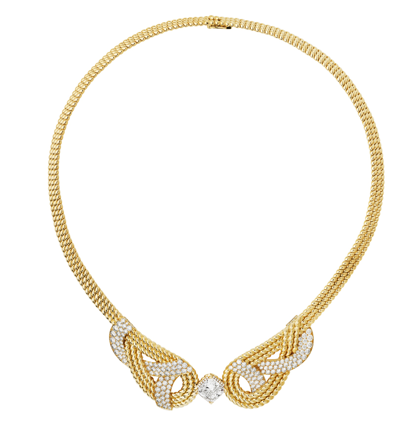 Collection Chanel Flying Cloud « Golden Braid », collier en or jaune 18 carats et diamants.  Necklace in 18K yellow gold set with a cushion-cut diamond of 4,40 carats and 177 brilliant-cut diamonds. © CHANEL Fine Jewelry