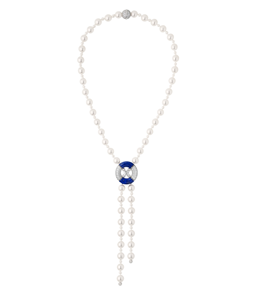 Collection Chanel Flying Cloud « Precious Float », collier en or blanc 18 carats, diamants et perles du Japon. Necklace in 18K white gold set with a round-cut diamond of 1,50 carat, 100 Japanese cultured pearls, Lapis Lazulis and 232 brilliant-cut diamonds. © CHANEL Fine Jewelry