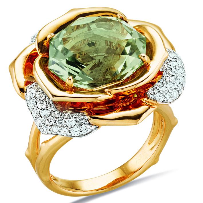 Bague Rose ornée avec quartz vert et diamants.