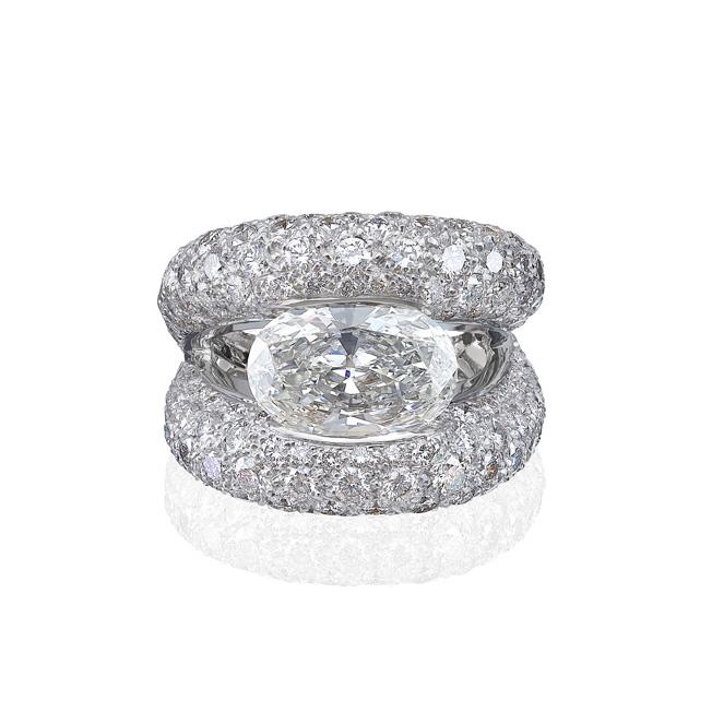 Lassaussois Joaillerie, collection Unique. Bague Bague en or blanc 750/1000e composée d'un diamant ovale (3.52 cts) et sertis de brillants (5.86 cts).