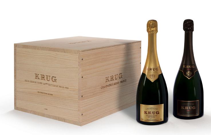 Le coffret « Les Créations de 2004 » by Krug. Ces bouteilles d'exception sont disponibles dans un coffret en bois. L'occasion de comparer deux expressions, de vivre deux expériences bien distinctes de la nature et de partir à la découverte de 2004, telle que la Maison Krug l'a vécue.