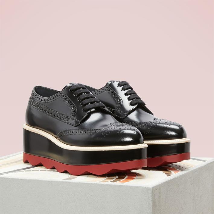 PRADA Derbies plateforme noir et rouge 100 % cuir et fabriquée en Italie. Le compensé ultra graphique avec son aspect vagues et ses coloris.