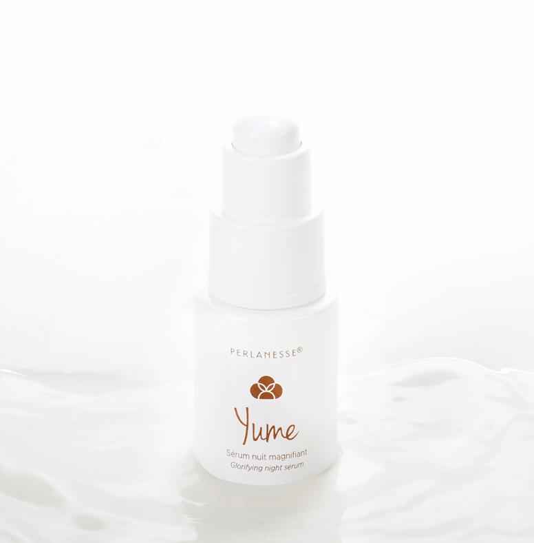YUME, c'est un concentré d'actifs inégalé 100 % d'ingrédients d'origine naturelle qui nourrit et revitalise votre peau. Une huile de thé vert bio pour nourrir la peau et lui apporter un toucher velours. Un booster d'actifs 100% naturel et un actif marin qui agit à la fois sur les rides, l'hydratation et l'éclat pour une peau revitalisée. Appliquer 2 ou 3 gouttes de manière homogène du cou jusqu'au front. 149 €