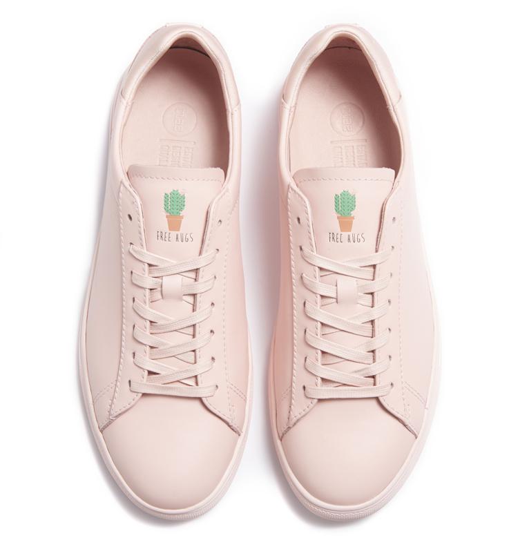 EN EXCLU AU BON MARCHÉ RIVE GAUCHE. La marque de sneakers de L.A présente sa nouvelle édition capsule au Bon Marché au pop-up store niveau - 1. « Free Hugs », c'est son nom (logo frappé sur la languette) est disponible à partir du 29 janvier. Edition limitée à 100 paires par coloris. Amoureux des sneakers, hâtez-vous… 135 € .