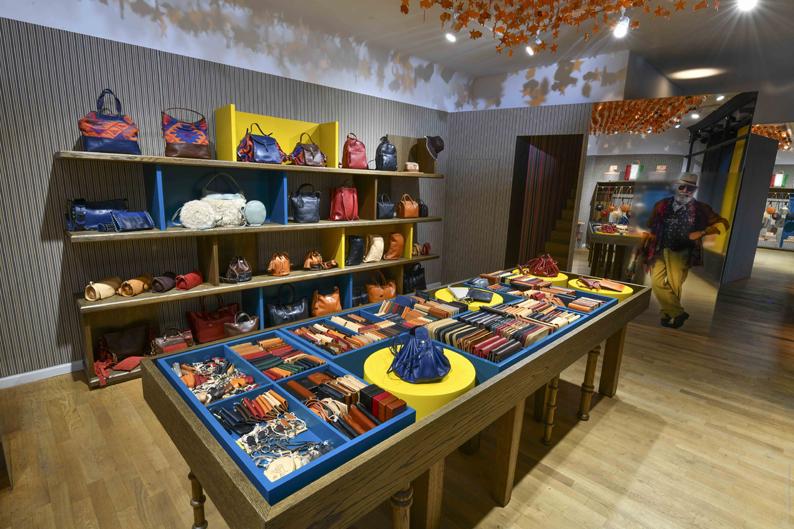 Collection Il Bisonte dans la boutique éphémère parisienne.