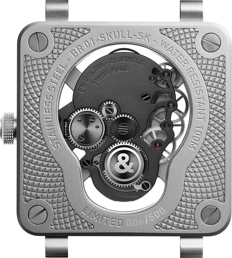 Ce mécanisme s'adapte parfaitement au boîtier Skull. Dans le prolongement des quatre os, les quatre ponts fixent la platine au boîtier. Tous deux s'assemblent pour former un seul ensemble qui flotte au centre de la montre.