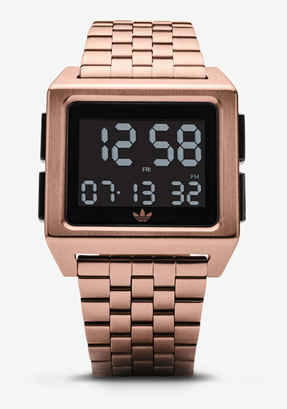 Adidas Watch, modèle ARCHIVE_M1 s'inspire de l'héritage adidas des années 70. Montre analogique en acier inoxydable (36 mm). Existe en 4 couleurs.Fonction double fuseau, chronomètre, calendrier et lumière. Etanche à 50 m. 130 €