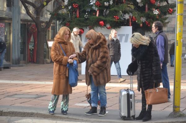 Итальянки на шоппинге в Милане зимой
