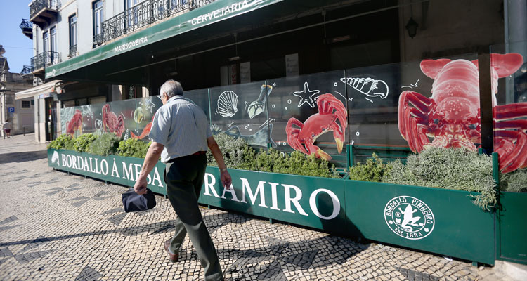"Bordallo Pinheiro ""serve"" Peixes e Mariscos  na Cervejaria Ramiro"