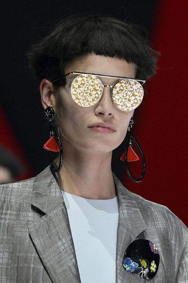Evoluindo a partir do formato redondo clássico, estes óculos de sol  apresentam uma armação metálica super leve, enquanto o seu design é linear  e geométrico, ... 9ef939a418