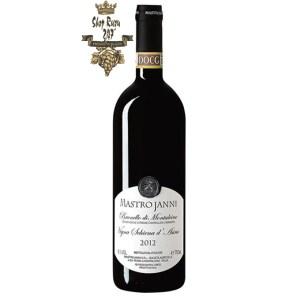Vang Ý Mastrojanni Brunello di Montalcino Vigna Schiena khi nhìn sẽ thấy có màu đỏ đậm đẹp mắt. Rượu mang hương thơm