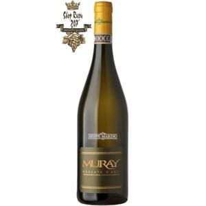 Rượu Vang Ý Muray Moscato D'asti khi nhìn sẽ thấy có màu vàng rơm với hương thơm đặc trưng của loại nho Muscat. Rượu mang hương thơm ngọt ngào từ mật ong, hoa hồng, hoa chanh