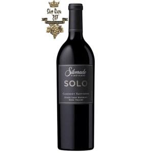 Silverado SOLO Cabernet Sauvignon có màu đỏ đậm sâu. Hương thơm ngào ngạt của trái cây mầu đỏ như anh đào chín và mận cùng gợi ý của hương hồi.