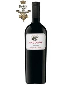 Marques de Caceres Gaudium Rioja DOC có màu đỏ anh đào đẹp mắt. Hương thơm lan tỏa của trái cây màu đỏ và đen hoang dã, mocha, sô cô la, nguyệt quế, hạt tiêu đen, cam thảo.