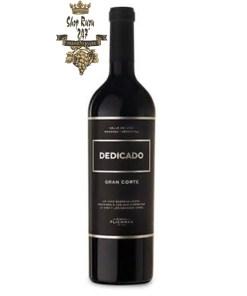 Vang Argentina Dedicado Gran Corte blend 2015 Finca Flichman có mầu đỏ ruby đậm. Hương thơm đậm đà của tiêu, bạch đàn