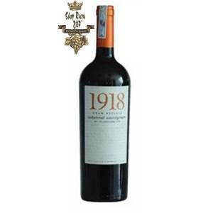 Vang Chile 1918 Grand Reserve Cabernet Sauvignon có mầu sắc anh đào đỏ đậm. Hương vị lan tỏa mạnh mẽ trong vòm miệng
