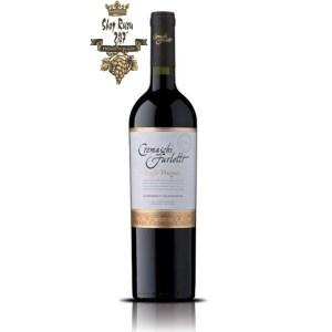 Vang Chile Cremaschi Furlotti Single Vineyard có mầu tím đỏ. Hương thơm hấp dẫn của hoa quả như việt quất, anh đào đen hoang dã,