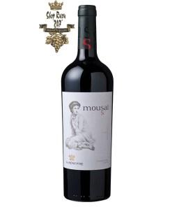 Rượu Vang Chile Đỏ Mousai Malbec có mầu đỏ đậm đẹp mắt. Hương thơm của cây phong lữ, hoa quả đỏ và gợi ý của cam thảo và vani