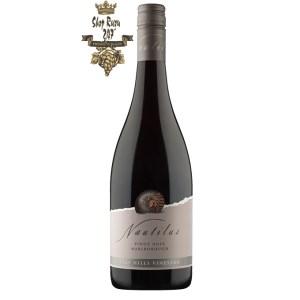 Vang Đỏ New Zealand Nautilus Pinot Noir có màu đỏ ruby tối. Hương thơm của hương hoa, quả mâm xôi chín, anh đào, gia vị