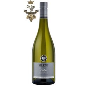 Vang New Zealand Sileni The Lodge Chardonnay có mầu vàng chanh đẹp mắt. Hương thơm phong phú của các loại trái cây chín