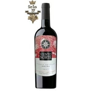 Rượu Vang Đỏ Viento Norte Cabernet Sauvignon có mầu đỏ đậm đặc. Hương vị thơm ngon kết hợp giữa trái cây chín đỏ cùng hương vị của dâu tây